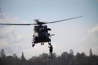 Zwei Soldaten werden an Bord des finnischen NH90-Hubschraubers gewincht