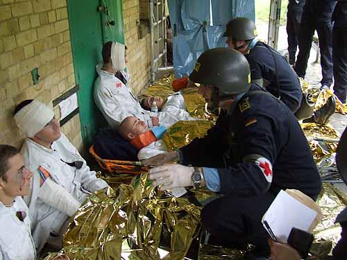 Marineforum - Verletzte werden gesammelt und versorgt (Foto: F-209)