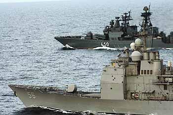 Marineforum - US-Kreuzer und russischer Zerstörer bei gemeinsamer Übung (Foto: US-Navy)