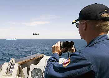 Marineforum - der Kommandant eines US-Kreuzers beobachtet die Vorgänge auf der gekaperten FAINA (Foto: US-Navy)