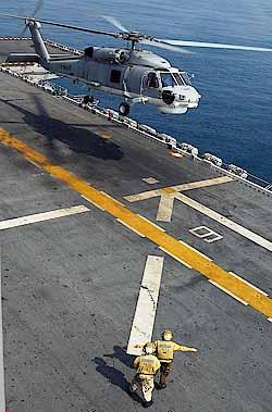 Marineforum - Thailändischer Hubschrauber landet auf USS ESSEX (Foto: US-Navy)