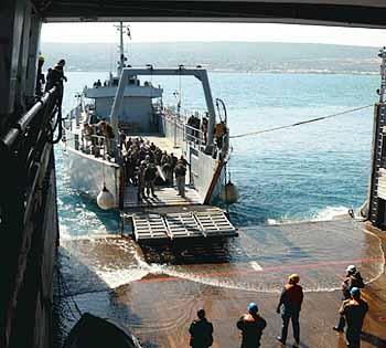 Marineforum - libanesisches Landungsboot dockt an der SIROCO an (Foto: franz. Marine)