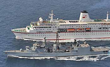Marineforum - Fregatte KARLSRUHE begleitet Kreuzfahrtschiff DEUTSCHLAND (Foto: Dt. Marine)