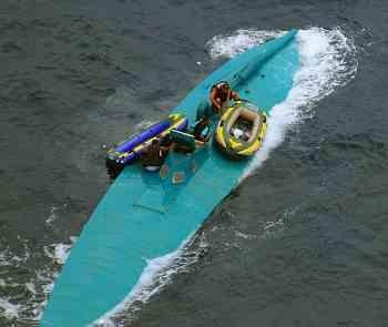 - Besatzung verlässt ein SPSS (Foto: US Navy)