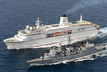 Marineforum - Fregatte RHEINLAND PFALZ eskortiert die DEUTSCHLAND durch Piraten-gefährdetes Gebiet (Foto: PIZ Marine)