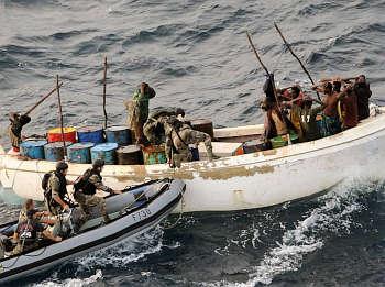 Marineforum - französische Marine bringt ein Piraten-Mutterboot auf (Foto: franz. Marine)