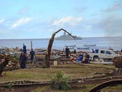 Marineforum - Fregatte CONDELL vor der zerstörten Küste (Foto: chil. Marine)