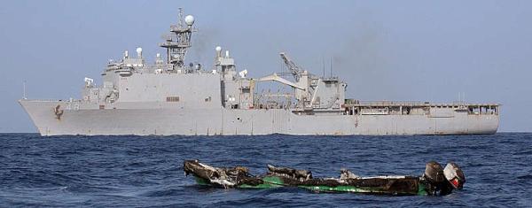 Marineforum - ASHLAND und das ausgebrannte Skiff (Foto: US Navy)
