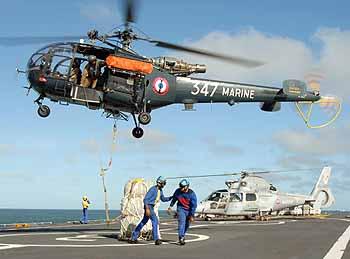 Hubschrauber transportieren Hilfsgüter von der JEANNE D'ARC (Foto: franz. Marine)