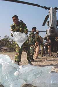 Marineforum - KEARSARGE-Teams verteilen Trinkwasser (Foto: US-Navy)