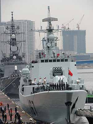 Marineforum - die SHENZHEN macht in Tokio fest (Foto: Chinese Defence Forum)