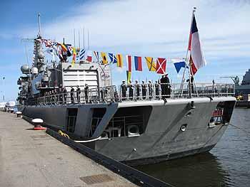 Flaggenwechsel: aus TJERK HIDDES wird ALMIRANTE RIVEROS (Foto: niederl. Marine)