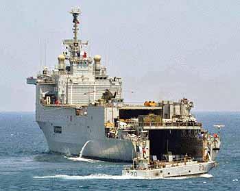 Marineforum - SIROCO entlädt vor Naqoura (Foto: franz. Marine))