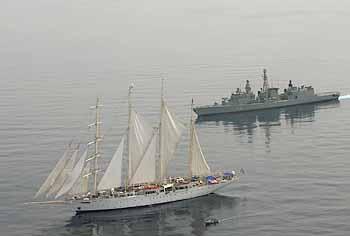 Marineforum - EMDEN eskortiert STARCLIPPER (Foto: dt. Marine)