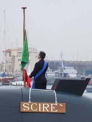 Marineforum - der Kommandant setzt die Flagge auf seimem Boot (Foto: BMVg)