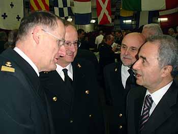 Marineforum - FltlAdm Kratzmann im Gespräch mit dem ital. VtdgMin Parisi (Foto: BMVg)
