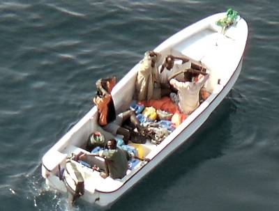 Marineforum - KAUFFMAN-Hubschrauber stoppt Piratenboot (Foto: NATO)