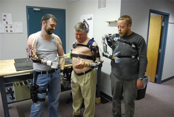USA — Partners Build High-tech Hands for Wounded Warriors