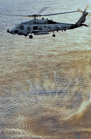 Marineforum - MH-60R der US Navy beim Sonareinsatz (Foto: US Navy)