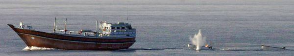 Marineforum - MOMSEN beschießt geschleppte Skiffs (Foto: US Navy)