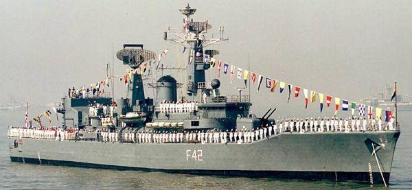 Marineforum - VINDHYAGIRI beim Fleet Review 2002 (Foto: Michael Nitz)