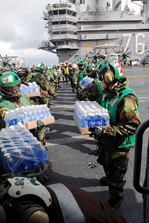 Marineforum - Hilfsgüterumschlag auf der REAGAN (Foto: US Navy)