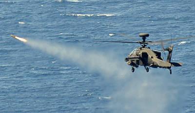 Marineforum - Britischer Apache schießt Hellfire-FK (Foto: Royal Navy)