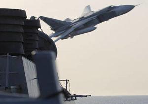 russische Su-24 beim Tiefstflug über US-Zerstörer (Foto: US Navy)