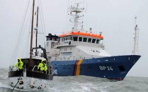 Boot der Bundespolizei See bei Hilfeleistung in See (Foto: BPolS)