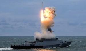 Korvette schießt Marschflugkörper Kalibr auf Ziele in Syrien (Foto: MoD Russia)